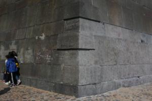 В Петропавловской крепости чистят гранитные фасады. Одно фото стены — до и после