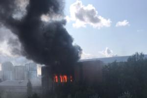 Как тушили сильнейший пожар в Невском районе. Из здания склада эвакуировали 200 человек, двое пострадали