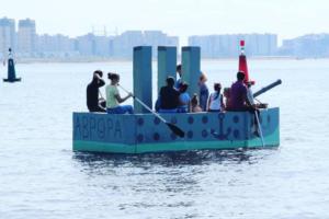 Как петербуржцы плыли по Финскому заливу на самодельных «Титанике» и «Авроре». 8 фото и видео