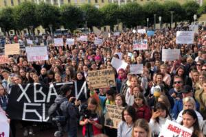 На митинг в поддержку сестер Хачатурян в Петербурге пришли больше 1000 человек. Одно фото с площади Ленина