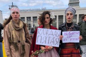 Как прошла акция против домашнего насилия на площади Ленина. 11 фото с плакатами «Мы — сестры Хачатурян» и «Бьет — значит, статья»