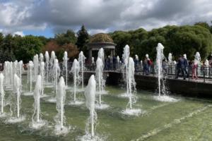 В Любашинском саду открыли пешеходный фонтан с беседкой и скамейками