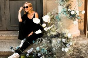 Петербурженка создает цветочные инсталляции на улице. Посмотрите, как она украшает колонны и электрощитки