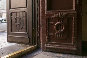 На Большом проспекте Петроградской стороны заменили двери домов. Вот как они теперь выглядят
