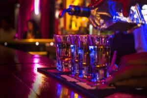 Чем различается барная культура Петербурга и Москвы? Люди, живущие на два города, — о сервисе, напитках и атмосфере заведений