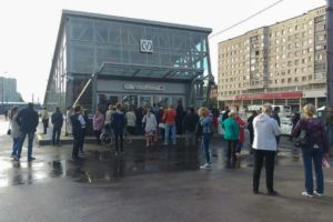 Петербуржцы с утра ждали открытия «Дунайской», «Проспекта Славы» и «Шушар» — но в последний момент запуск перенесли. Как злились пассажиры и что писали в соцсетях