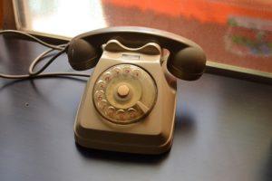 Помните, как мы часами болтали по домашним телефонам? Вот ностальгические истории читателей «Бумаги»