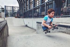 Это 10-летний скейтбордист из Петербурга Максим Абрамов, лишившийся ног при пожаре. Им восхищается Тони Хоук, а у его блога — тысячи подписчиков