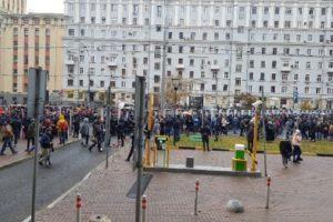 На митинг против политических репрессий в Москве пришли тысячи людей. В Петербурге проходят одиночные пикеты