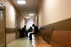 В Петербурге суд прекратил дело священника, который не давал терапию дочери с ВИЧ. Заседания откладывали, в итоге у преступления истек срок давности