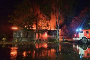 В Новой Ладоге за два года сгорела почти половина объектов культурного наследия — жители считают, что дома поджигают вандалы. Что об этом известно