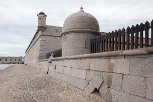 Гранитные фасады Петропавловской крепости впервые очистили. Посмотрите, как они выглядят