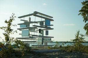 На побережье в Сосновом Бору появились стеклянный куб и прототип атомной станции. Посмотрите арт-объекты, с которых началось благоустройство пляжа