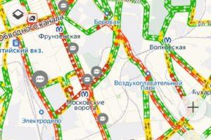 «Этот заторище во благо страны». Петербуржцы второй день стоят в пробках и обсуждают Медведева