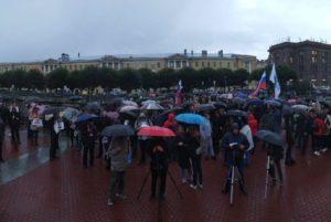 Митинг против фальсификаций на выборах в Петербурге проходил под дождем. На площади Ленина собралось около 500 человек