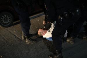 У ИКМО «Озеро Долгое» полиция жестко задержала депутата, неизвестный толкнул журналиста. Там дежурят петербуржцы, подозревающие фальсификации