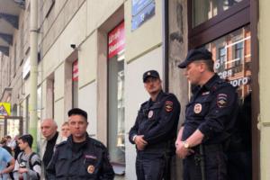 В штабе Навального за день до выборов проходят задержания, полиция якобы нашла поддельные бюллетени. Что об этом известно