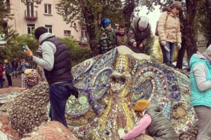 Волонтеры отмыли мозаичную детскую площадку «Морское дно» на Среднеохтинском проспекте