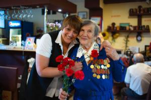 В Москве открылась точка петербургского кафе «Добродомик» с бесплатными обедами для пенсионеров. Основательница сети рассказывает, как и зачем это сделала