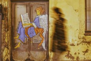 Студенты Академии Штиглица создают стрит-арт с рыжим ангелом на дверях и стенах домов. Посмотрите на их работы 👼