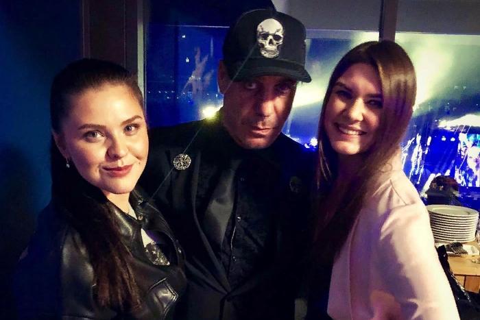 Тилль Линдеманн, похоже, поселился в Петербурге. Как солист Rammstein ужинает с Лободой, общается со Шнуровым и фотографируется с поклонниками