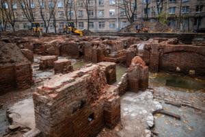 Во дворах общежития в Петербурге нашли подвалы Ново-Александровского рынка XIX века. Как ведутся раскопки и что там находилось до революции
