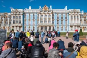 Власти делают Петербург всё более туристическим: электронные визы, лоукостеры и десятки международных событий. Справится ли город и как это скажется на жителях