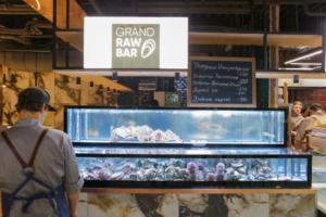 В «Галерее» открыли фуд-холл Eat Market — с фермерскими товарами, морепродуктами, бургерами и национальными блюдами. Как он выглядит