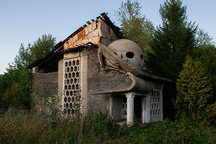 В Ленобласти есть заброшенный дом с шаром на крыше. Вот история загадочной постройки, где хотели открыть музей космонавтики