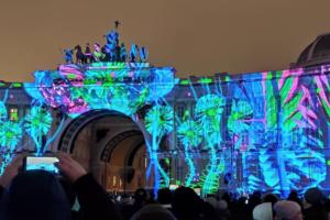 На Дворцовой проходит фестиваль «Чудо света». Посмотрите на световое шоу на фасаде Главного штаба и яркие инсталляции
