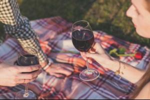 «Вино дает мне возможность пробовать красоту и уродство жизни на вкус»: подписчики винной рассылки «Бумаги» рассказывают, почему заинтересовались вином