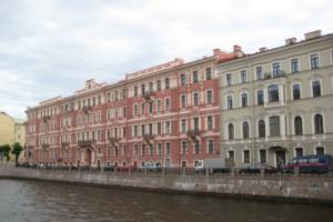 СМИ сообщили, что к дому Олега Соколова в Петербурге будут водить экскурсии после убийства его сожительницы. Экскурсоводы говорят, что их юмор неправильно поняли