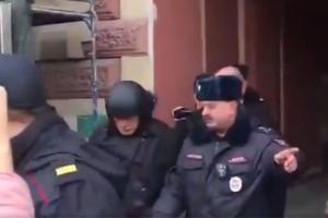 Олега Соколова привезли на следственный эксперимент к Мойке, где нашли части тела убитой аспирантки. Он в каске, бронежилете и под охраной полицейских