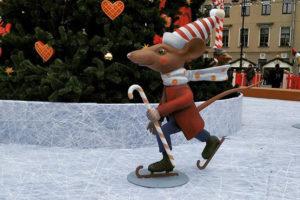 Рождественскую ярмарку перенесли на Манежную площадь — и ее очень хвалят. Что горожане пишут о гирляндах, карусели и бесплатном катке