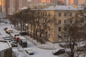 В первый день зимы в Петербурге прошел снегопад. Посмотрите, как теперь выглядят некоторые улицы 🌨️