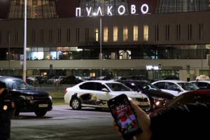 В Петербурге задержали до 200 болельщиков «Спартака» перед матчем с «Зенитом». Шестеро из них назвали Дзюбу «кривоногим», пишет «Фонтанка»