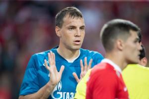 Фанаты «Спартака» две недели оскорбляли Дзюбу — это закончилось массовыми задержаниями москвичей и «глушилками» на стадионе «Зенита». Что известно о конфликте