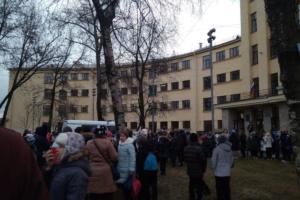 В Петербурге снова массово эвакуируют школы