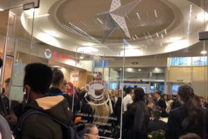 Студентов эвакуировали из Горного университета. Они пошли в торговый центр напротив, но оттуда их тоже эвакуировали