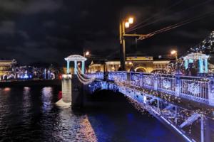 Мосты Петербурга украсили гирляндами к Новому году. Вот как теперь выглядят Дворцовый, Володарский и Биржевой мосты