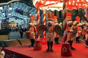 На Манежной площади открылась главная новогодняя ярмарка — с елками и скульптурами мышей. Вот как она выглядит