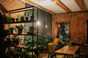 Это «Огурцы» — первое кафе в Петербурге, где работают люди с особенностями развития. Создательница рассказывает, для чего запускает проект