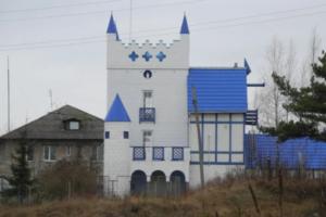 В Ленобласти строят замок с синей крышей, часами и бюстом Ленина в нише. Посмотрите, как это выглядит