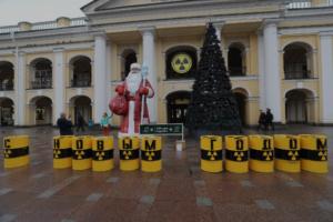 У праздничной елки у Гостиного двора установили копии бочек с ядерными отходами и надписью «С Новым годом». Это акция Greenpeace против ввоза «урановых хвостов»