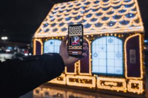 На Малой Конюшенной появился пряничный домик. Если просканировать окна приложением дополненной реальности, можно увидеть Деда Мороза