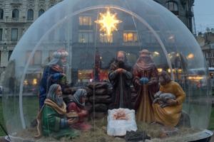 У Казанского собора и Александро-Невской лавры установили почти одинаковые рождественские вертепы