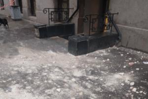 С дома Бака на тротуар упали тяжелые куски штукатурки. Жильцы винят подрядчика, проводившего капремонт
