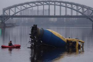 Как из Невы вытаскивали бетоновоз, рухнувший ночью в воду. Он оставался там восемь часов и проплыл полтора километра