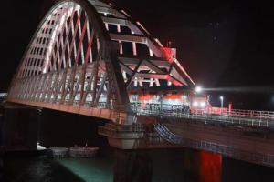 Первый пассажирский поезд из Петербурга проехал по Крымскому мосту, подсвеченному в цвета российского флага