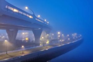 Попробуйте разглядеть Яхтенный мост и ЗСД на этих фотографиях. Если не получится — просто насладитесь волшебным петербургским туманом
